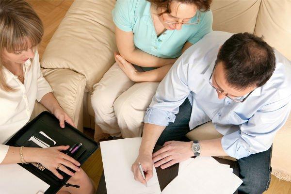 Couple reaching an agreement via divorce mediation